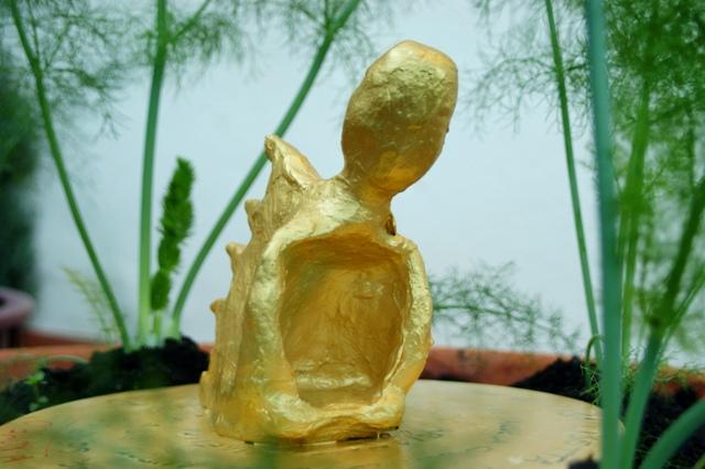 Corpi d'argilla dipinto d'oro