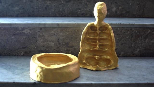 corpi d'argilla dipinti d'oro